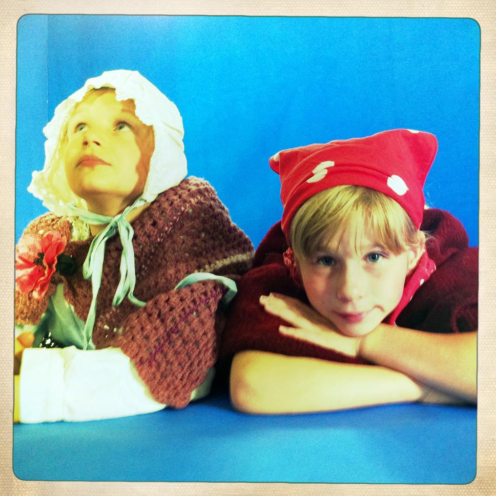 Lukas als Oma und Alina als Rotkäppchen
