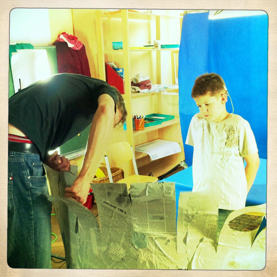 Benjamin und Markus bauen den Brunnen